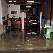 Wateroverlast na wolkbreuk Bibi's garage Eemlandweg  Huizen, werkvloer onder water