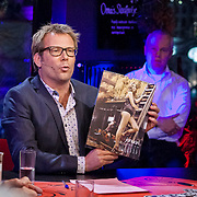 Serious Request dag 3 met op de foto Patrick Lodiers met boerinnen kalender & Sander Lantinga