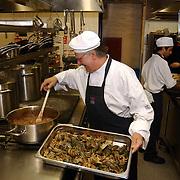 Uitreiking DVD Popeye, keuken restaurant Jamie Oliver, Fiftheen, Joop van Tellingen als kok.pannen, kok, oven, fornuis, kookplaat, lagoestine, kreeftjes
