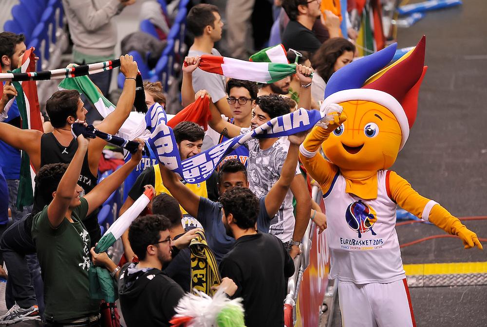 DESCRIZIONE : Berlino Eurobasket 2015 Islanda Italia<br /> GIOCATORE : tifosi Italia<br /> CATEGORIA : tifosi pubblico esultanza mascotte<br /> SQUADRA : Italia<br /> EVENTO : Eurobasket 2015<br /> GARA : Islanda Italia<br /> DATA : 06/09/2015<br /> SPORT : Pallacanestro<br /> AUTORE : Agenzia Ciamillo&shy;Castoria/R.Morgano<br /> Galleria : Eurobasket 2015<br /> Fotonotizia : Berlino Eurobasket 2015 Islanda Italia