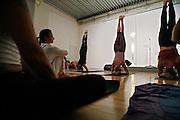 Milano, festival dello yoga al superstudio , dimostrazione di Ashtanga Vinyasa Yoga, la danza del respiso; insegnanti della scuola Lino MIELE......Milan, yoga festival,Ashtanga Vinyasa Yoga lesson, breath dance. teacher Lino Miele