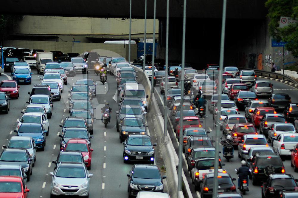 SÃO PAULO-SP-TRÂNSITO SÃO PAULO-23 DE MAIO - O motorista enfrenta lentidão e grande fluxo na Avenida 23 de Maio ambos sentidos.Região centro sul de São Paulo na noite dessa quinta-feira,27.(Foto:Kevin David/Brazil Photo Press)