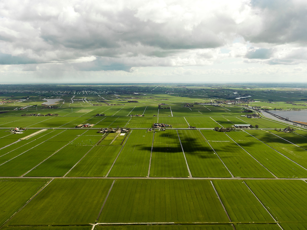 Nederland, Noord-Holland, Gemeente Schermer, 16-04-2012; Polder I, onderdeel van De Schermer, gezien naar  Eilandspolder, rechts Alkmaardermeer.Polder I,  part of the polder Schermer, regular land division designed on purpose  next to  Alkmaardermeer (lake, r) luchtfoto (toeslag), aerial photo (additional fee required);.copyright foto/photo Siebe Swart