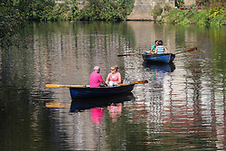 © Licensed to London News Pictures. 15/09/2016. Ripon, UK. © Licensed to London News Pictures.  Day trippers enjoy the scorching temperatures and sunshine on rowing boats on the River Nidd in Knaresborough, North Yorkshire. The start of this month has seen the hottest September temperatures since 1911.  Photo credit : Ian Hinchliffe/LNP