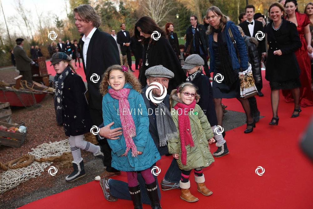 KAATSHEUVEL/EFTELING - Vanmiddag vond in Theater de Efteling de galapremiere plaats van de musical Kruimeltje, een coproductie van Rick Engelkes Producties en Efteling Theaterproducties.  Met op de foto Ruben van der Meer en zijn kinderen Noam en Diza. FOTO LEVIN DEN BOER - PERSFOTO.NU