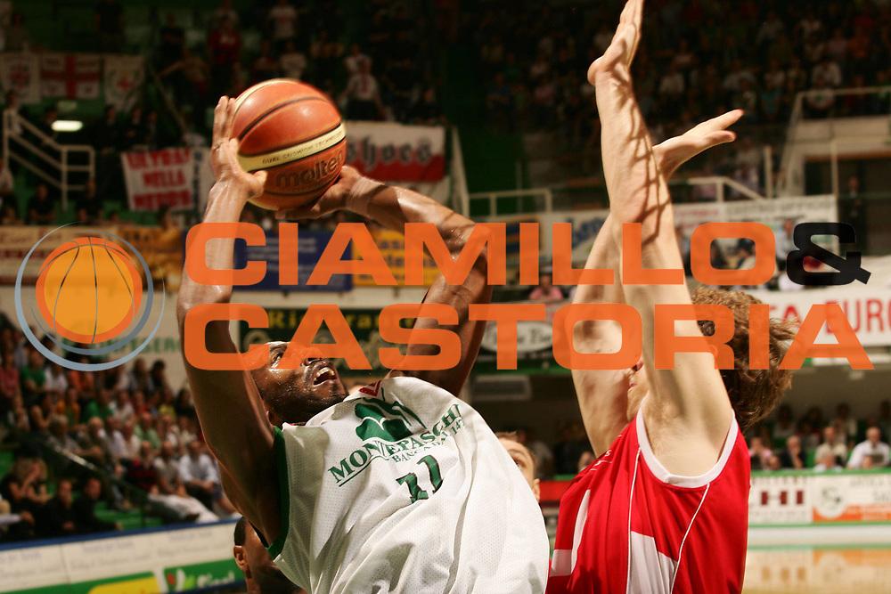 DESCRIZIONE : Siena Lega A1 2007-08 Playoff Semifinale Gara 3 Montepaschi Siena Armani Jeans Milano <br /> GIOCATORE : Bootsy Thornton <br /> SQUADRA : Montepaschi Siena <br /> EVENTO : Campionato Lega A1 2007-2008 <br /> GARA : Montepaschi Siena Armani Jeans Milano <br /> DATA : 26/05/2008 <br /> CATEGORIA : Tiro <br /> SPORT : Pallacanestro <br /> AUTORE : Agenzia Ciamillo-Castoria/P.Lazzeroni <br /> Galleria : Lega Basket A1 2007-2008 <br /> Fotonotizia : Siena Campionato Italiano Lega A1 2007-2008 Playoff Semifinale Gara 3 Montepaschi Siena Armani Jeans Milano<br /> Predefinita :