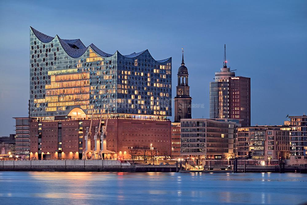 Hafencity mit Elbphilharmonie und Michel an der Norderelbe