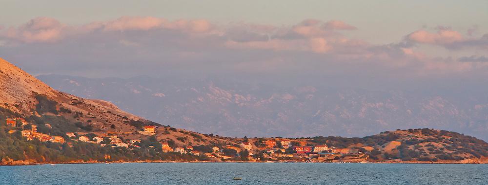 Stara Ba?ka on Krk at sunset. In the background one can see the Velebit mountains. - Stara Ba?ka auf Krk bei Sonnenuntergang. Im Hintergrund sieht man das Velebit-Gebirge.