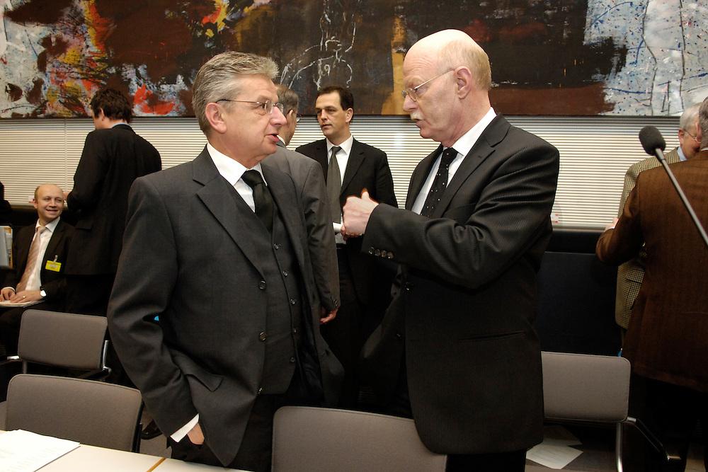 07 FEB 2006, BERLIN/GERMANY:<br /> Joachim Poss (L), SPD, Stellv. Fraktionsvorsitzender, und Peter Struck (R), SPD Fraktionsvorsitzender, im Gespraech, vor Beginn der Fraktionssitzung, Deutscher Bundestag<br /> IMAGE: 20060207-01-004<br /> KEYWORDS: Gespr&auml;ch, Joachim Po&szlig;