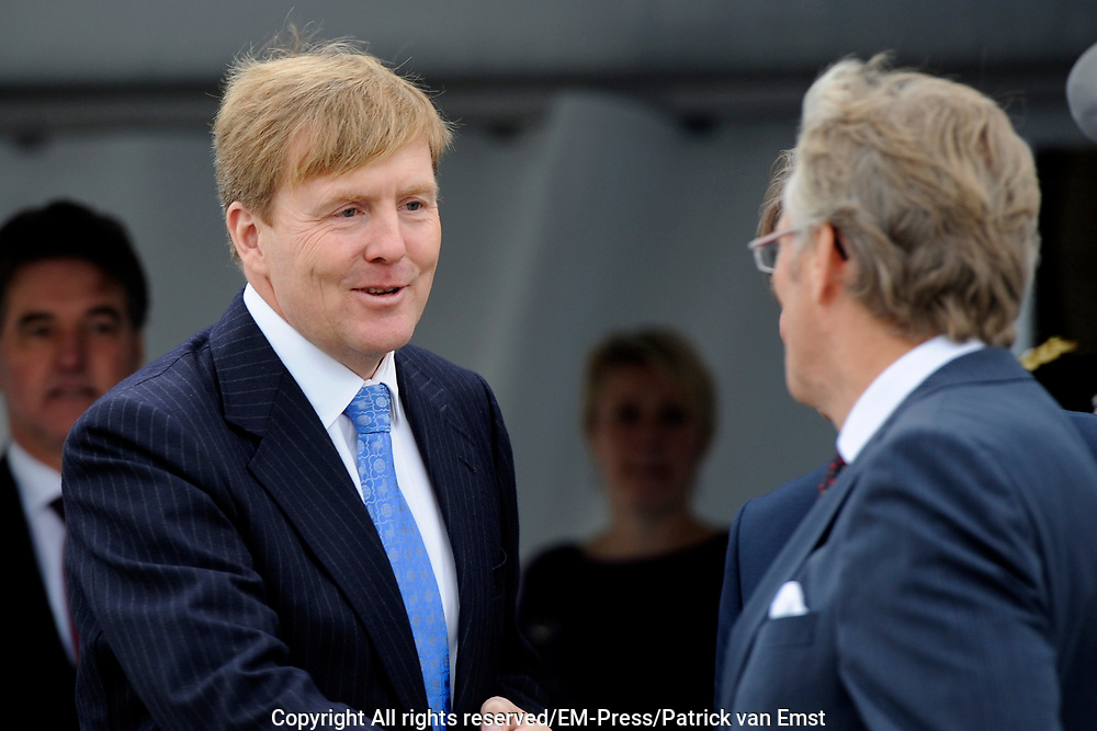 Koning Willem Alexander opent proefinstallatie Blue Energy in Breezanddijk op de Afsluitdijk. De Blue Energy, zoals de installatie heet, is de eerste installatie waarbij de winning van energie uit zoet en zout water in de praktijk wordt getest. <br /> <br /> <br /> King Willem Alexander opens pilot plant in Blue Energy Breezanddijk on the Dam. The Blue Energy, as the plant is called, is the first installation where the energy from fresh and salt water is tested in practice.<br /> <br /> op de foto / On thew photo:  Koning Willem Alexander vertrekt / King Willem Alexander Leaves