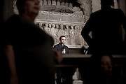 NAPOLI. UN SACERDOTE DURANTE UNA DIRETTA TELEVISIVA NEL CORSO DELLA SANTA MESSA DELLA SOLENNITA' DI SAN GENNARO