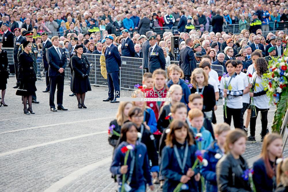 4-5-2016 freek de jonge met zijn vrouw hella de jonge AMSTERDAM - Amsterdam Queen Maxima and King Willem-Alexander at the wearth laying ceremony (Dodenherdenking) at the WWII memorial at the monument op de Dam in Amsterdam.  COPYRIGHT ROBIN UTRECHT <br /> Koning Willem-Alexander, Koningin Maxima en minister-president Rutte zijn woensdagavond 4 mei aanwezig bij de Nationale Herdenking in Amsterdam. De minister-president is donderdag 5 mei aanwezig bij het Bevrijdingsfestival in Groningen, waar hij het Bevrijdingsvuur ontsteekt als start van de Nationale Viering van de Bevrijding. De Koning en Koningin en de minister-president wonen die avond in Amsterdam het 5 mei-concert bij, de afsluiting van de Nationale Viering van de Bevrijding.