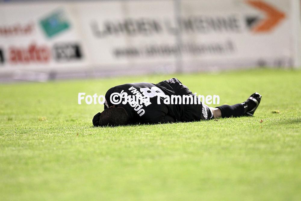 17.10.2010, Stadion, Lahti..Veikkausliiga 2010, FC Lahti - IFK Mariehamn..Mohamed Fofana (FC Lahti) vaikeroi..©Juha Tamminen.