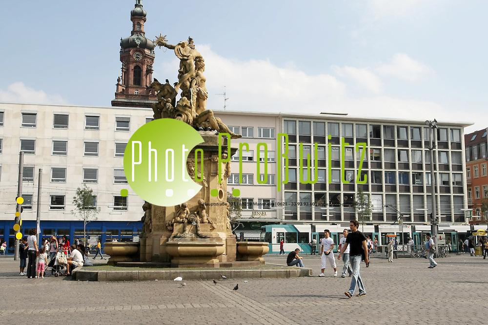 Mannheim. Innenstadt. Marktplatz mit Citykirche Konkordien.<br /> <br /> Bild: Markus Pro&szlig;witz<br /> ++++ Archivbilder und weitere Motive finden Sie auch in unserem OnlineArchiv. www.masterpress.org ++++