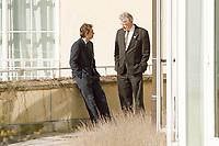 26.02.1999, Deutschland/Königswinter-Petersberg:<br /> Tony Blair, Premierminister Vereinigtes Königreich, und Jacques Santer, Präsident Europäische Kommission, im Gespräch, nach dem Fototermin, Treffen der Staats- und Regierungschefs der Europäischen Union, Gästehaus der Bundesregierung Petersberg, Königswinter <br /> IMAGE: 19990226-01/04-34