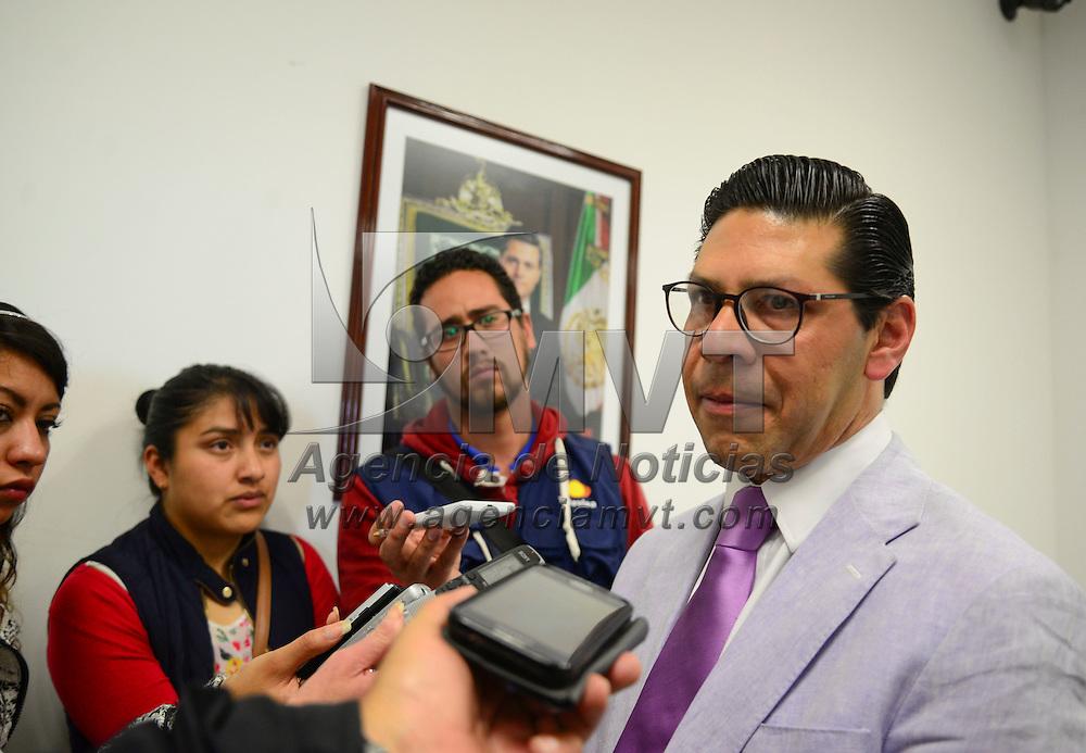 Toluca, Méx.- Fernando Alvear Maldonado, delegado de FONACOT, en conferencia de prensa informo que se pondrá en marcha la tarjeta FONACOT Master Card, con el objetivo de que los trabajadores y servidores públicos del Gobierno del Estado de México puedan aprovechar las rebajas de precios en la compra de bienes o descuentos. Agencia MVT / Crisanta Espinosa