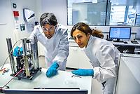 BIOASTER, le premier institut dedie a l'innovation technologique en microbiologie, pour favoriser et accelerer des projets innovants et ambitieux dans le domaine de la sante.<br /> <br /> Apres plusieurs mois de retard et l'intervention de la ministre de la Recherche, l'unique Institut de recherche technologique dedie a la santé a enfin demarrer. <br /> Ses fondateurs, de prestigieux industriels, des organismes publics et un college de PME, devront collaborer ensemble sur des projets de recherche.Au lendemain de sa nomination comme 1er ministre, Bernard Cazeneuve avait visite le laboratoire.C'est aujourd'hui Najat VALLAUD-BELKACEM, ministre de l'Education nationale, de l'Enseignement superieur et de la Recherche, et Thierry MANDON, secretaire d'Etat charge de l'Enseignement superieur et de la Recherche, qui inauguraient cet IRT.<br /> Ils etaient accompagnes de Louis SCHWEITZER, commissaire general a l'Investissement.<br /> BIOASTER s'inscrit dans une optique de developpement economique et industriel. <br /> Il a pour ambition d'ancrer les industries de la sante sur le territoire national, de faire emerger des Entreprises de Taille Intermediaire (ETI) et de contribuer a la formation de personnels specialises, avec a terme, plusieurs centaines de chercheurs sur les filieres biotechnologiques de demain pour repondre aux enjeux de sante publique.<br /> <br /> La Fondation de Cooperation Scientifique BIOASTER  est composee de 8 membres Fondateurs : Lyonbiopole et l'Institut Pasteur, Sanofi, Institut Merieux, Danone Research, l'INSERM, le CNRS, le CEA. <br /> Le Conseil d'Administration constitutif de la Fondation de Cooperation Scientifique BIOASTER est elu pour une duree de 3 ans renouvelable :<br /> <br /> President : Alain Mérieux, President de l'Institut Merieux - <br /> Vice-President : Philippe Archinard, President de Lyonbiopole, PDG de Transgene Secretaire : Isabelle Thizon de Gaulle, Vice-Président Partenariats R&D France, Sanofi Tresorier : Stephane Legasteloi