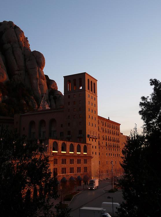 EN&gt; Early morning view of Montserrat's monastery  <br /> SP&gt; El monasterio de Montserrat temprano por la ma&ntilde;ana