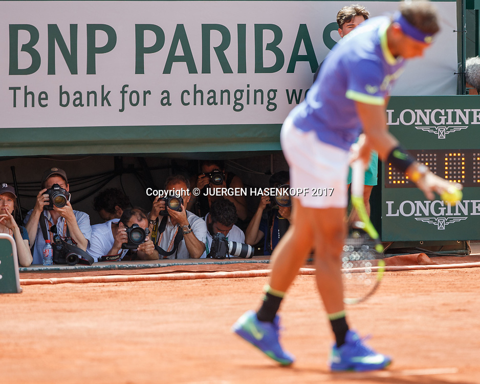 French Open 2017 Feature, Fotografen im Graben auf dem Court Philippe Chatrier, Rafael Nadal unscharf im Vordergrund,<br /> <br /> Tennis - French Open 2017 - Grand Slam / ATP / WTA / ITF -  Roland Garros - Paris -  - France  - 11 June 2017.