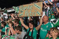 07.05.2011, Weserstadion, Bremen, GER, 1.FBL, Werder Bremen vs Borussia Dortmund, im Bild  Fans danken Petri Pasanen ( Werder #03 )   EXPA Pictures © 2011, PhotoCredit: EXPA/ nph/  Kokenge       ****** out of GER / SWE / CRO  / BEL ******