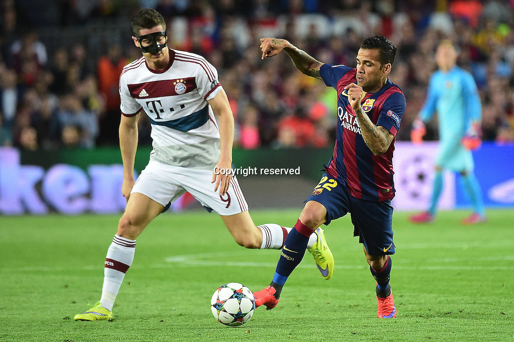 06.05.2015. Nou Camp, Barcelona, Spain, UEFA Champions League semi-final. Barcelona versus Bayern Munich.  Robert Lewandowski (FC Bayern Munich), Dani Alves (FC Barcelona)