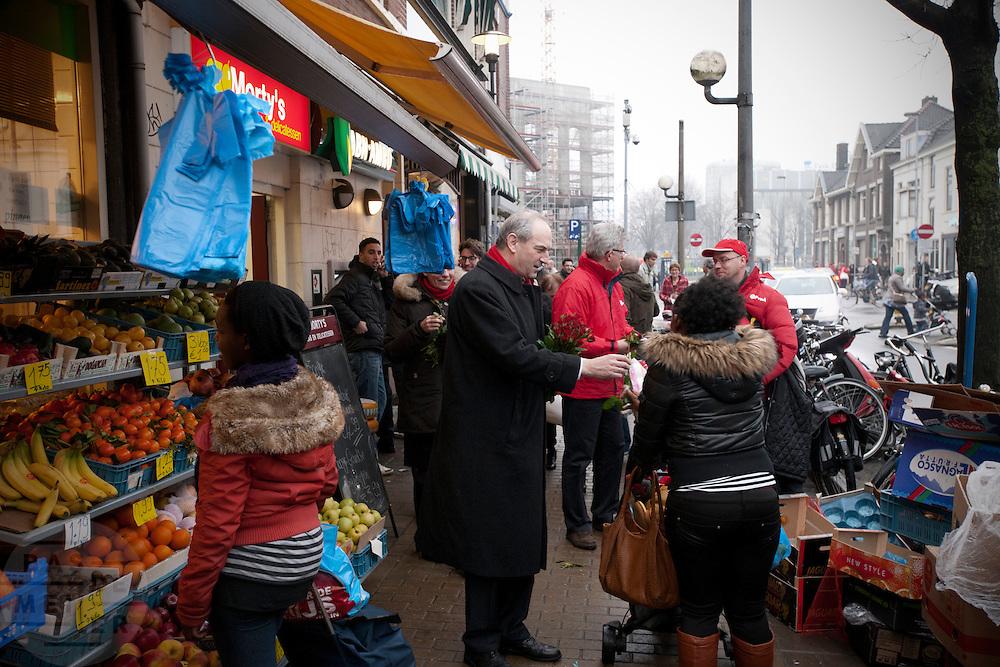 Job Cohen deelt in de Kanaalstraat in Utrecht rozen uit aan voorbijgangers. Samen met Marleen Barth en Bert de Vries voert Cohen campagne in Utrecht voor de Provinciale Statenverkiezingen.<br /> <br /> Dutch Labour Party leader Job Cohen is giving roses, the symbol of the PvdA, to the public. The PvdA is campaigning for the next elections.
