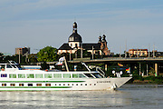 Kreuzfahrtschiff auf dem Rhein, Jesuitenkirche im Hintergrund, Mannheim, Baden-Württemberg, Deutschland | cruise ship on river Rhine, Jesuit church, Mannheim, Baden-Wurttemberg, Germany