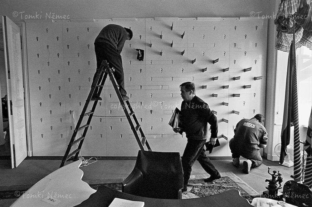 Prague Castle, January 2003 - Vaclav Havel si bali sve osobni veci a opousti kancelar prezidenta. Remeslnici demontuji knihovnu, kterou si Havel nechal udelat na vlastni naklady. Funkci prezidenta zastaval od roku 1989 do roku 2003. Uradoval jako prezident CSSR,CSFR,CR (Ceskoslovenske socialisticke republiky,Cesko - Slovenske Federativni Republiky a Ceske reoubliky)