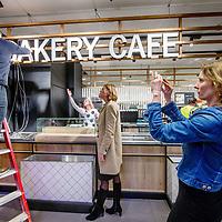 Nederland, Amsterdam, 22 februari 2017.<br /> Marit van Egmond directielid Albert Heijn in topteam Agri &amp; Food (midden) kijkt toe hoe de laatste hand wordt gelegd aan Bakery cafe van Albert Heijn, een soort van caf&eacute; restaurant binnen Albert Heijn aan het Gelderlandplein in Buitenveldert.<br /> <br /> Albert Heijn opent de komende maanden in tientallen supermarkten koffiecaf&eacute;s en restaurants waar de klant maaltijden meteen kan opeten.<br /> Het Amsterdamse Gelderlandplein heeft vrijdag de primeur, met de opening van de Deli Kitchen en het Bakery Caf&eacute;.<br /> <br /> Foto: Jean-Pierre Jans