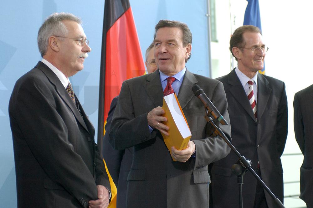 13 NOV 2002, BERLIN/GERMANY:<br /> Prof. Dr. Wolfgang Wiegard, Vorsitzender d. Sachverstaendigenrates, Gerhard Schroeder, SPD, Bundeskanzler, Prof. Dr. Bert Ruerup, Mitgl. d. Sachverstaendigenrates, (v.L.n.R.), waehrend der Uebergabe des Jahresgutachtens 2002/2003 &quot;Zwanzig Punkte fuer Beschaeftigung und Wachstum&quot; vom Sachverstaendigenrat zur Begutachtung der gesamtwitschaftlichen Entwicklung an den Bundeskanzler, Bundeskanzleramt<br /> IMAGE: 20021113-02-007<br /> KEYWORDS: Sachverst&auml;ndigenrat, Gerhard Schr&ouml;der, Bert R&uuml;rup, &Uuml;bergabe, Wirtschaftswissenschaftler