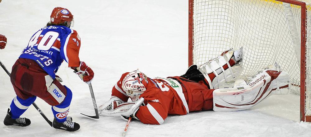 Ishockey<br /> 5 januar 2010<br /> Getligaen<br /> Vålerenga - Stjernen<br /> Keeper Henrik Holm , Stjernen hadde en travel kamp med mange skudd mot seg<br /> Foto : Reidar Talset , Digitalsport