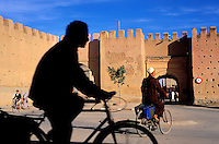 Maroc - Anti Atlas - Taroudant - Les remparts - Cyclistes