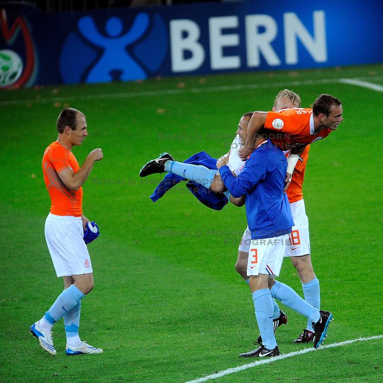 13-06-2008 VOETBAL: EURO 2008 NEDERLAND - FRANKRIJK: BERN <br /> Nederland wint met 4-1 van Frankrijk en plaatst zich als groepswinnaar voor de volgende ronde / Arjen Robben, Wesley Sneijder, John Heitinga, Dirk Kuyt <br /> &copy;2008-WWW.FOTOHOOGENDOORN.NL
