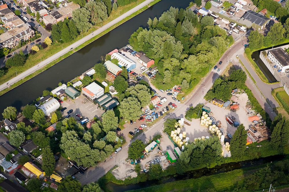 Nederland, Amsterdam, Wenkebachweg, 17-06-2008; terein van de Hells Angels aan de H. J. E. Wenkebachweg, links van en onder het midden; het nieuw gebouwde clubhuis is het vierkante gebouw met het oranje-witte dak, gelegen aan de bijna lege parkeerplaats; ook de andere gebuuwen (nissen loodsen) horen bij 'Angels Place'; boven links (diagonaal) het water van de Weesterzijde / Duivendrechtse vaart, rechtsboven begin van de Bijlmerbajes; rafelrand, neimandsland..luchtfoto (toeslag); aerial photo (additional fee required); .foto Siebe Swart / photo Siebe Swart