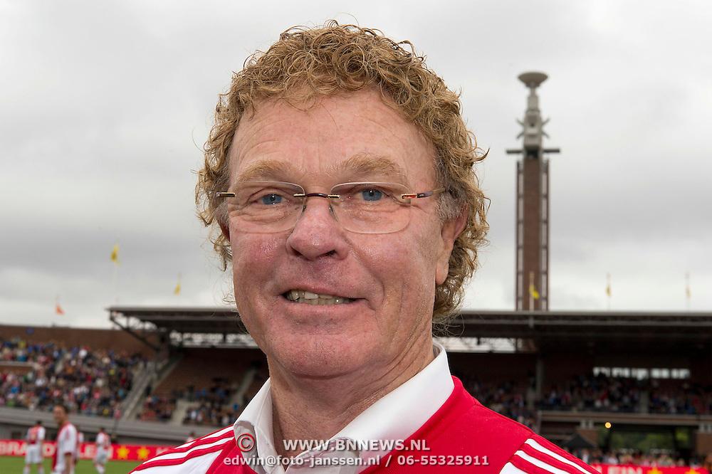 Amsterdam, 03-07-2013. Oud-Ajaxied Sjaak Swart wordt 75 jaar en krijgt een jubileumwedstrijd in het Olympisch Stadion te Amsterdam. Vele oud-Ajax gedienden waren uitgenodigd. Mr. Ajax - Sjaak Swart maakte deel uit van oud-Ajax elftal. Foto:; Ruud Geels.