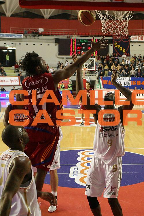 DESCRIZIONE : Roma Lega A 2008-09 Lottomatica Virtus Roma Scavolini Spar Pesaro<br /> GIOCATORE : Ruben Douglas<br /> SQUADRA : Lottomatica Virtus Roma<br /> EVENTO : Campionato Lega A 2008-2009<br /> GARA : Lottomatica Virtus Roma Scavolini Spar Pesaro<br /> DATA : 15/03/2009<br /> CATEGORIA : rimbalzo<br /> SPORT : Pallacanestro<br /> AUTORE : Agenzia Ciamillo-Castoria/E.Castoria