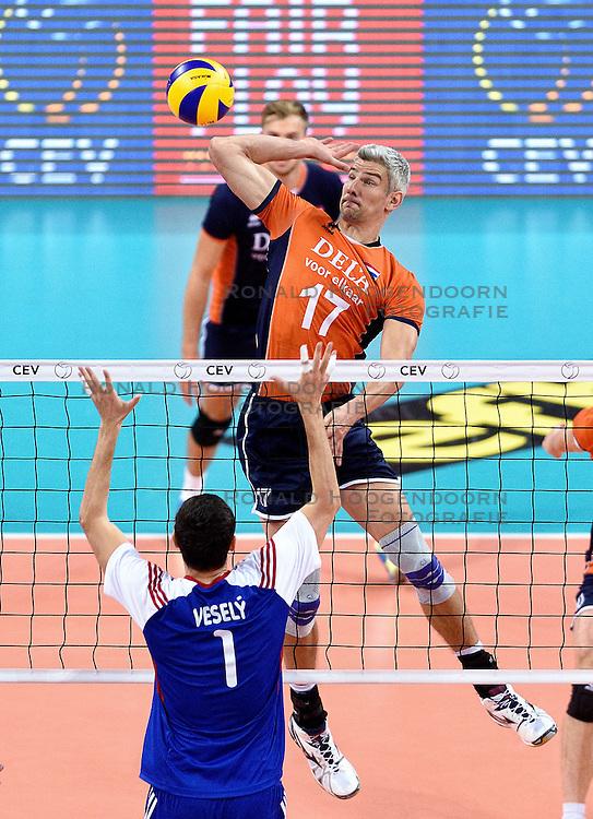 09-10-2015 BUL: Volleyball European Championship Tsjechie - Nederland, Sofia<br /> Nederland wint de belangrijke openingswedstrijd tegen Tsjechie met 3-1 / Rob Bontje #17, Jakub Vesely #1