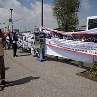 Toluca, México.- En el marco del Día del Trabajo, integrantes del Frente de Organizaciones del Valle de Toluca llevaron a cabo algunas actividades en la explanada del Mercado Juárez, para expresar su rechazo a las reformas estructurales propuesta por el gobierno de la República Mexicana. Agencia MVT / Crisanta Espinosa