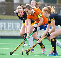 BLOEMENDAAL - hockey - Competitie Landelijk meisjes : Bloemendaal MB1-Den Bosch MB1 (1-1). Florence ter Brugge (m) in duel met links Anne Boer van Den Bosch. COPYRIGHT KOEN SUYK