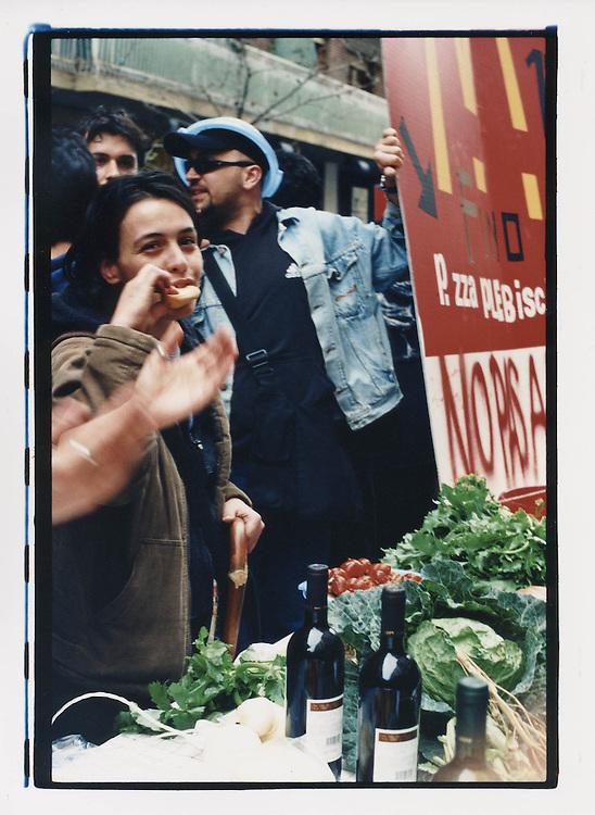 Napoli, No Global Forum, marzo 2001. 16 marzo, azione contro McDonald's. Via Scarlatti, quartiere Vomero.