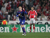 Photo: Lee Earle.<br /> Benfica v Manchester United. UEFA Champions League.<br /> 07/12/2005. United's Paul Scholes celebrates his opening goal.