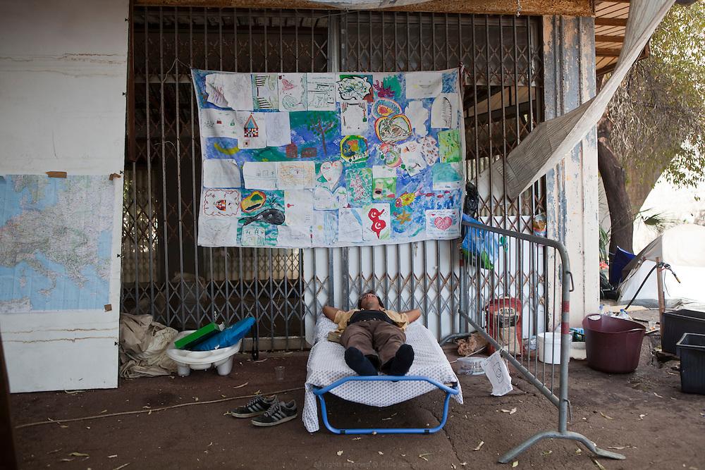 À Vintimille, entre France et Italie, les militants du réseau No Border portent assistance à des réfugiés qui se retrouvent là devant une énième frontière à franchir. Au sein de cette humanité momentanément réunie aux lisières des nations européennes, difficile de déterminer qui a le plus à apprendre des autres.