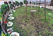 Nederland, Nijmegen, 23-2-2014Gisteren was de herdenking van het bombardement op Nijmegen dat hier per vergissing door de amerikanen 70 jaar geleden plaatsvond. Het gedenken gebeurt elk jaar op de plek waar destijds een kleuterschool, school stond die getroffen werd en waarbij veel kinderen de dood vonden. Het herdenkingsmonument is een schommel naast de bomen die op die plek stonden. Het Bombardement van Nijmegen op 22 februari 1944 is in termen van aantal slachtoffers een van de ergste bombardementen op een Nederlandse stad tijdens de Tweede Wereldoorlog. Bijna 800 mensen kwamen om het leven, maar waarschijnlijk ligt het aantal doden hoger, omdat onderduikers niet meegeteld konden worden. Een groot deel van de historische binnenstad werd door Amerikaanse vliegers verwoest, waaronder de Grote of Sint Stevenskerk.Foto: Flip Franssen/Hollandse Hoogte
