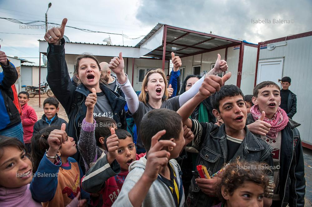Time4life, organizzazione di volontariato italiana operante in Siria nel campo profughi di Bab al Salam, presso Azaz. Time4life Italian humanitarian organization operating in Syria at the refugee camp Bab al Salam, close to Azaz. Elisa Fangareggi e Stefania Zanier with children.