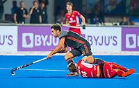 BHUBANESWAR, INDIA -  Valentin Verga (Ned) passeert Augustin Meurmans (Belgie)  tijdens de  finale tussen België en Nederland bij het WK Hockey heren in het Kalinga Stadion. COPYRIGHT KOEN SUYK