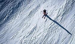 THEMENBILD - eine Frau auf Ski auf einer präparierten Piste, aufgenommen am 14. Januar 2020 in Kaprun, Österreich // a woman on skis on a slope, Kaprun, Austria on 2020/01/14. EXPA Pictures © 2020, PhotoCredit: EXPA/ JFK