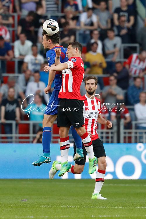 09-04-2017 VOETBAL:PSV-WILLEM II:EINDHOVEN<br /> Andres Guardado van PSV in duel met Erik Falkenburg van Willem II <br /> <br /> Foto: Geert van Erven