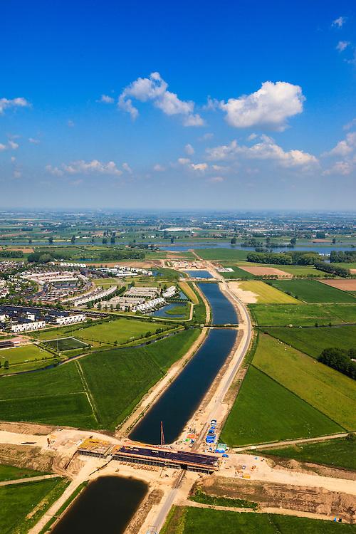 Nederland, Noord-Brabant, Den Bosch, 09-05-2013; werkzaamheden aan de Zuid-Willemsvaart. Begin van het nieuwe kanaal bij Gewande, ten Oosten van Empel. Het kanaal wordt verbreed, uitgegraven en omgelegd - zodat de binnenstad van Den Bosch vermeden kan worden. Het gaat niet alleen om een omlegging, maar ook om een opwaardering zodat grote schepen van het kanaal gebruik kunnen blijven maken. Het gaat niet allen om een omlegging, maar ook om een opwaardering zodat grote schepen van het kanaal gebruik kunnen blijven maken.<br /> View on works on the Zuid-Willemsvaart (channel) in the back the river Maas (Meuse) near Den Bosch (Southern Netherlands).<br /> luchtfoto (toeslag op standard tarieven);<br /> aerial photo (additional fee required);<br /> copyright foto/photo Siebe Swart.
