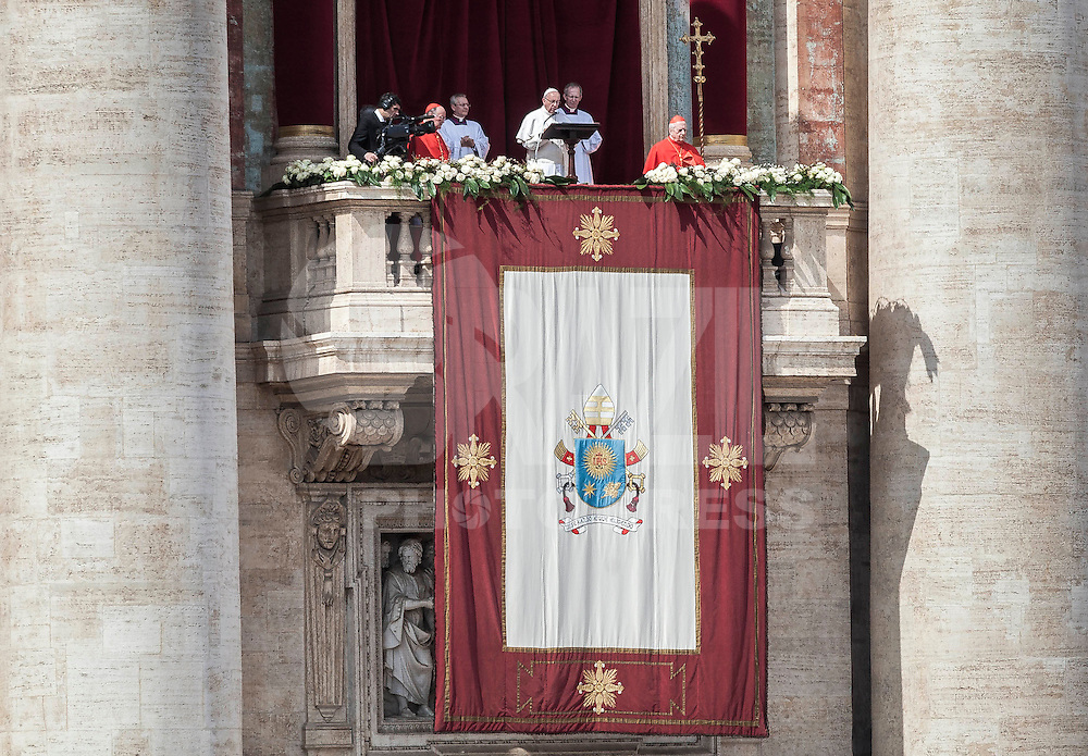 """CIDADE DO VATICANO, VATICANO, 27.03.2016 - PAPA-FRANCISCO - O papa Francisco condenou na Praça de São Pedro no Vaticano neste domingo a """"recusa"""" daqueles que """"poderiam oferecer uma recepção e ajuda"""" aos migrantes nos países ocidentais, e expressou sua confiança nos esforços de paz na Síria, em sua mensagem de Páscoa """"Urbi et Orbi"""" (""""À cidade e ao mundo""""). (Foto: Giusseppe Ciccia/Brazil Photo Press)"""