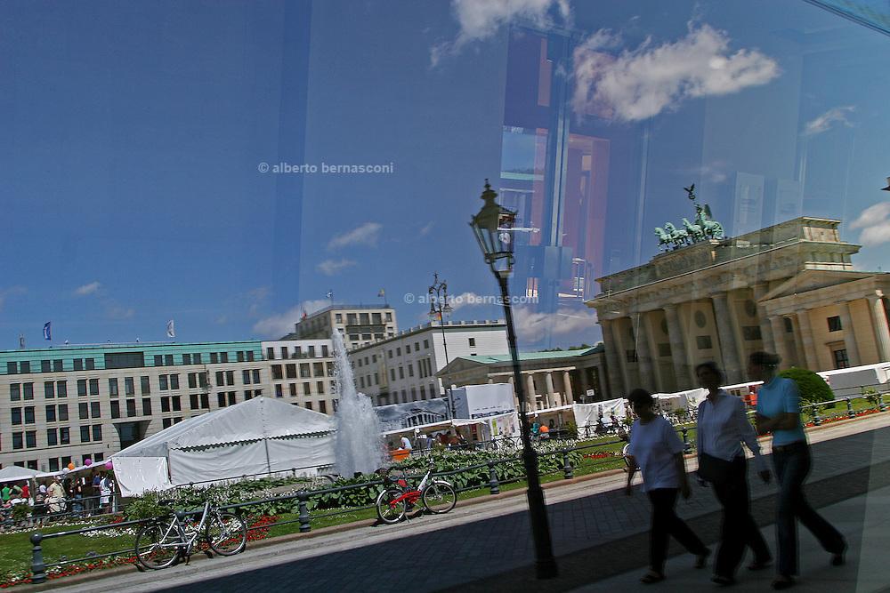 Berlino: Brandeburg Gate  and French Embassy in Pariser Platz